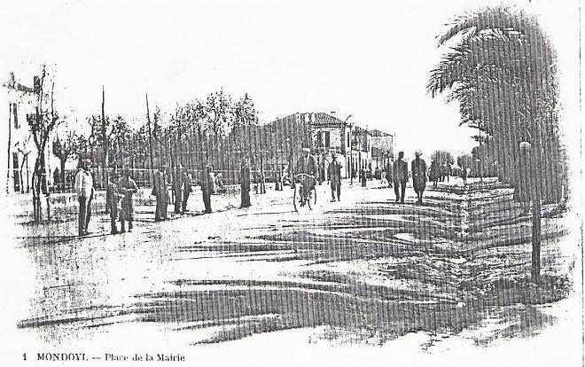 Au coeur du village entre l`église et la place. La rue est encore de terre.