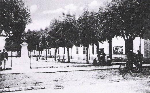 La place et ses batiments administratifs sur la droite. Au centre la statue de Bertagna.