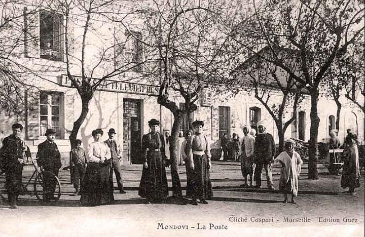 Le personnel de la poste photographié sur la place.